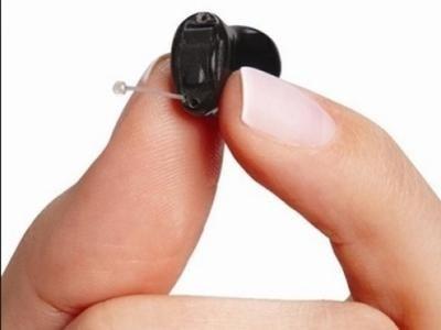 come si toglie un apparecchio acustico interno